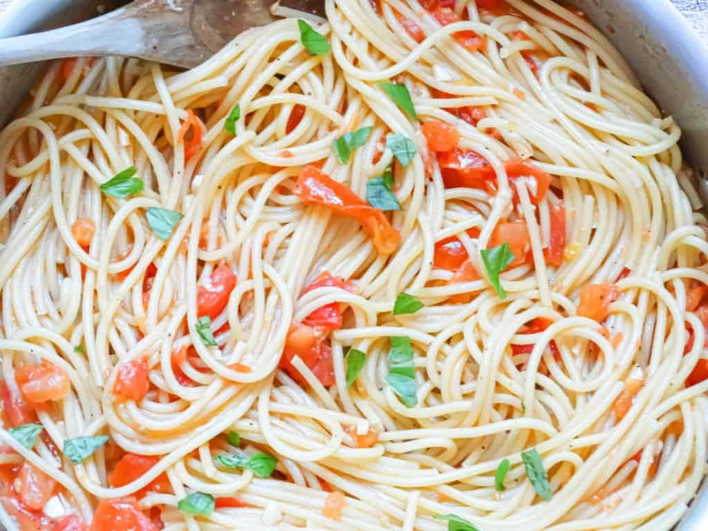 fresh tomato sauce spaghetti: summer dinner idea, tomato sauce from scratch