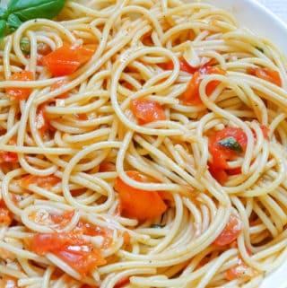 fresh tomato sauce spaghetti: summer dinner idea