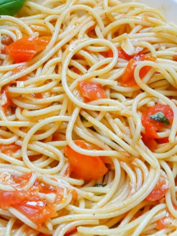 fresh tomato sauce spaghetti: summer dinner idea