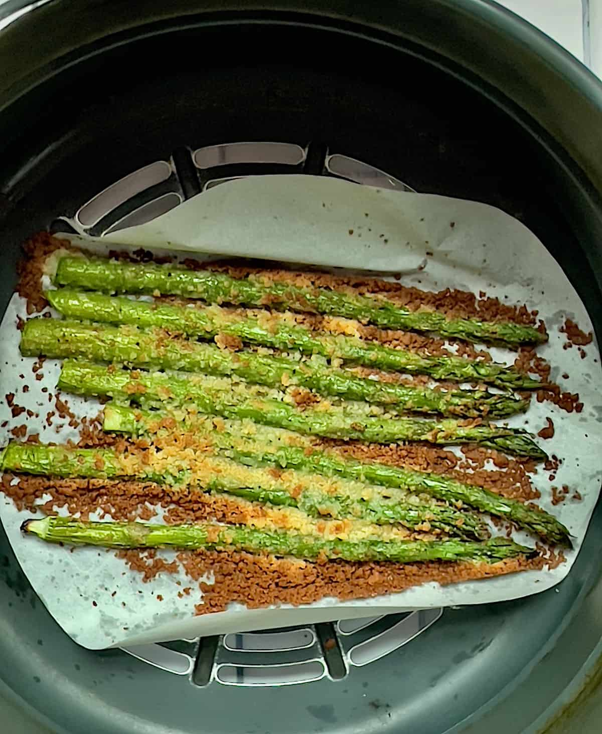 cooked asparagus with parmesan in an air fryer basket